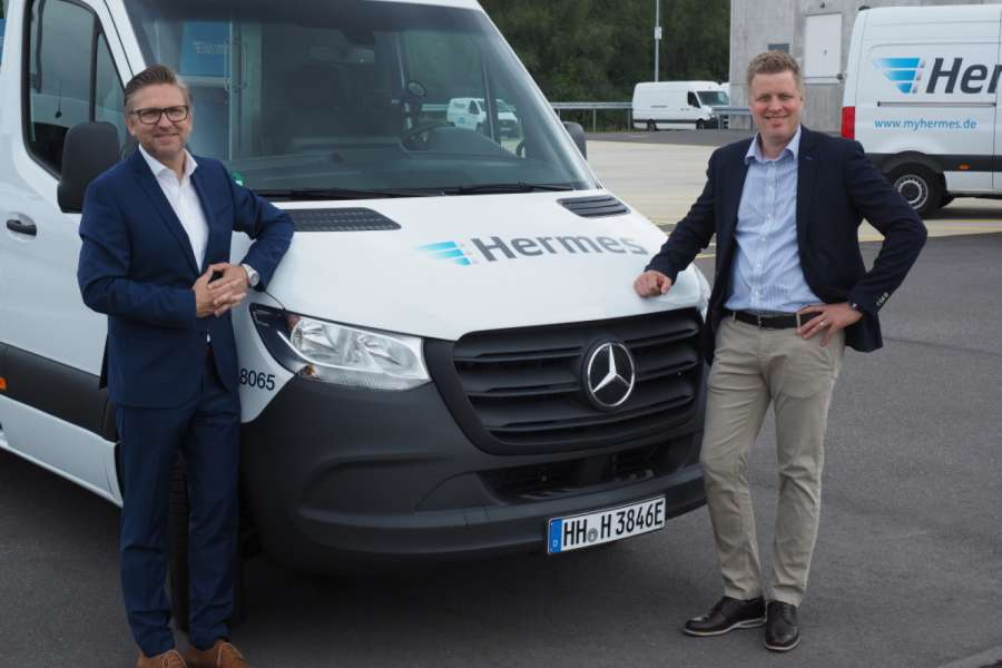 (Mit) Die ersten ihrer Art: Mercedes-Benz Vans übergibt 15 eSprinter an Hermes Germany. Im Bild: Marco Schlüter, Chief Operations Officer Hermes Germany (links) und Olaf Lubenau, Leiter Key-Account Management Mercedes-Benz Vans Vertrieb im MBVD. | Foto: Daimler