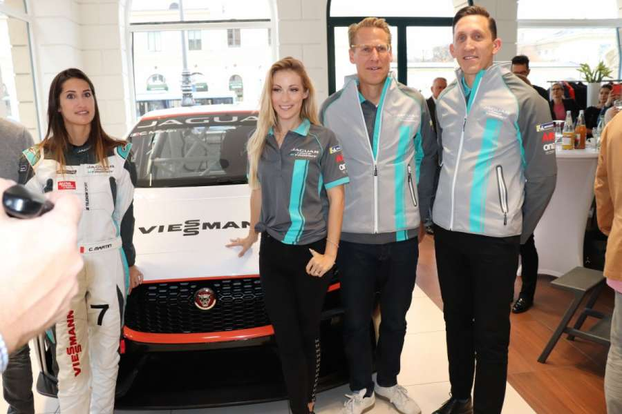 Vorstellung des I-Pace E-Rennwagens: (v.l.n.r.) Rennfahrerin Célia Martin, Moderatorin Andrea Kaiser, Marketing-Direktor Jaguar Land Rover Deutschland Christian Löer und Team Director Jaguar Formula E Team James Barclay. | Foto: F. Kaplan