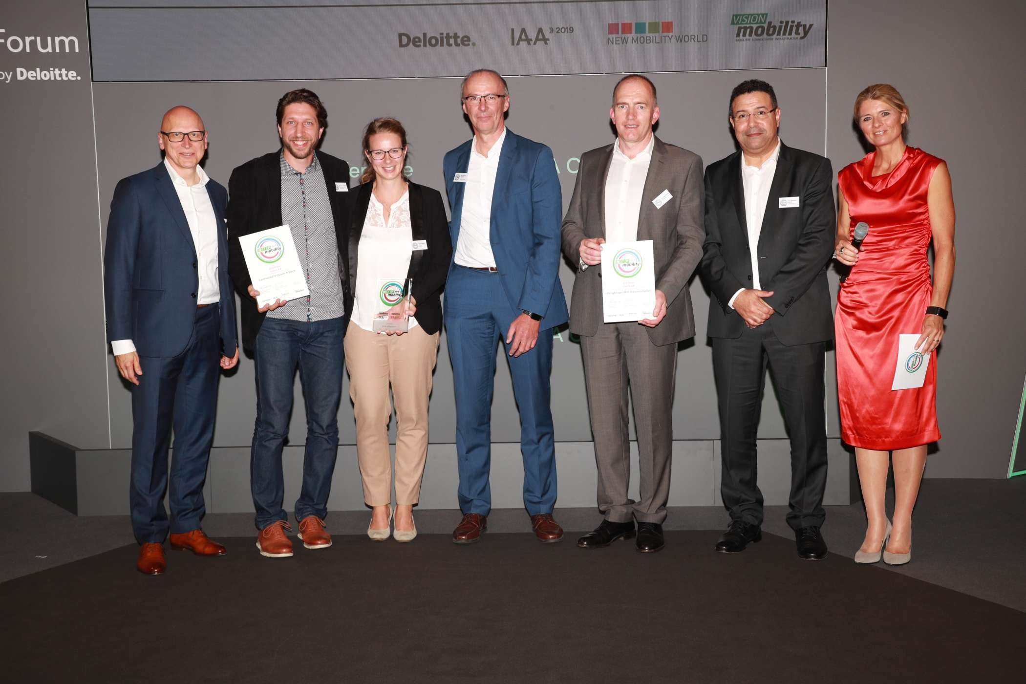 Supplier: Dr. Thomas Schiller, Partner Automotive Lead, Deloitte (li.) & Moderatorin Maren Braun (re.) mit Zack Bolton, Systems Engineering Manager Continental (2.v.l.), Katja Boecker (3.v.l.), Referentin GL Business Unit Innercity/E-Mobilität, BPW, Hans Werner Kopplow, Leiter Unit Innercity/Elektromobilität BPW (4.v.l.), Dr. Jürgen Kraft, Entwicklungsleiter Brennstoffzelle (5.v.l.), Dr. Mohsine Zahid, Director Global Business Developement Battery & Fuel Cell (6.v.l), beide ElringKlinger. | Foto: H. Weipert