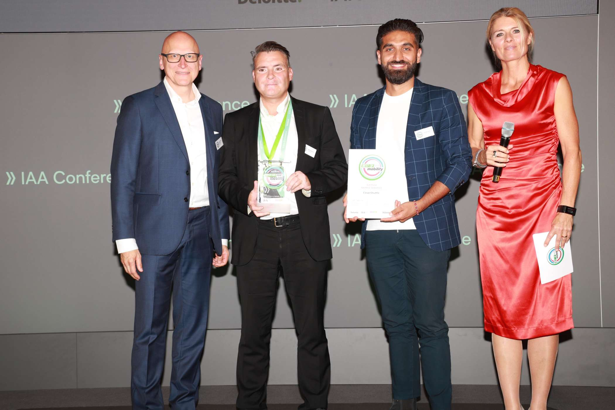 Mobile Services: Dr. Thomas Schiller, Partner Automotive Lead Deloitte (li.) und Moderatorin Maren Braun (re.) mit Patrick Kurth, Leiter Politik FlixBus/FlixTrain (2.v.l.) (Platz 1) und Soheyl Fard, Betriebsleiter Frankfurt, CleverShuttle (3.v.l.) (Platz 3). | Foto: H. Weipert