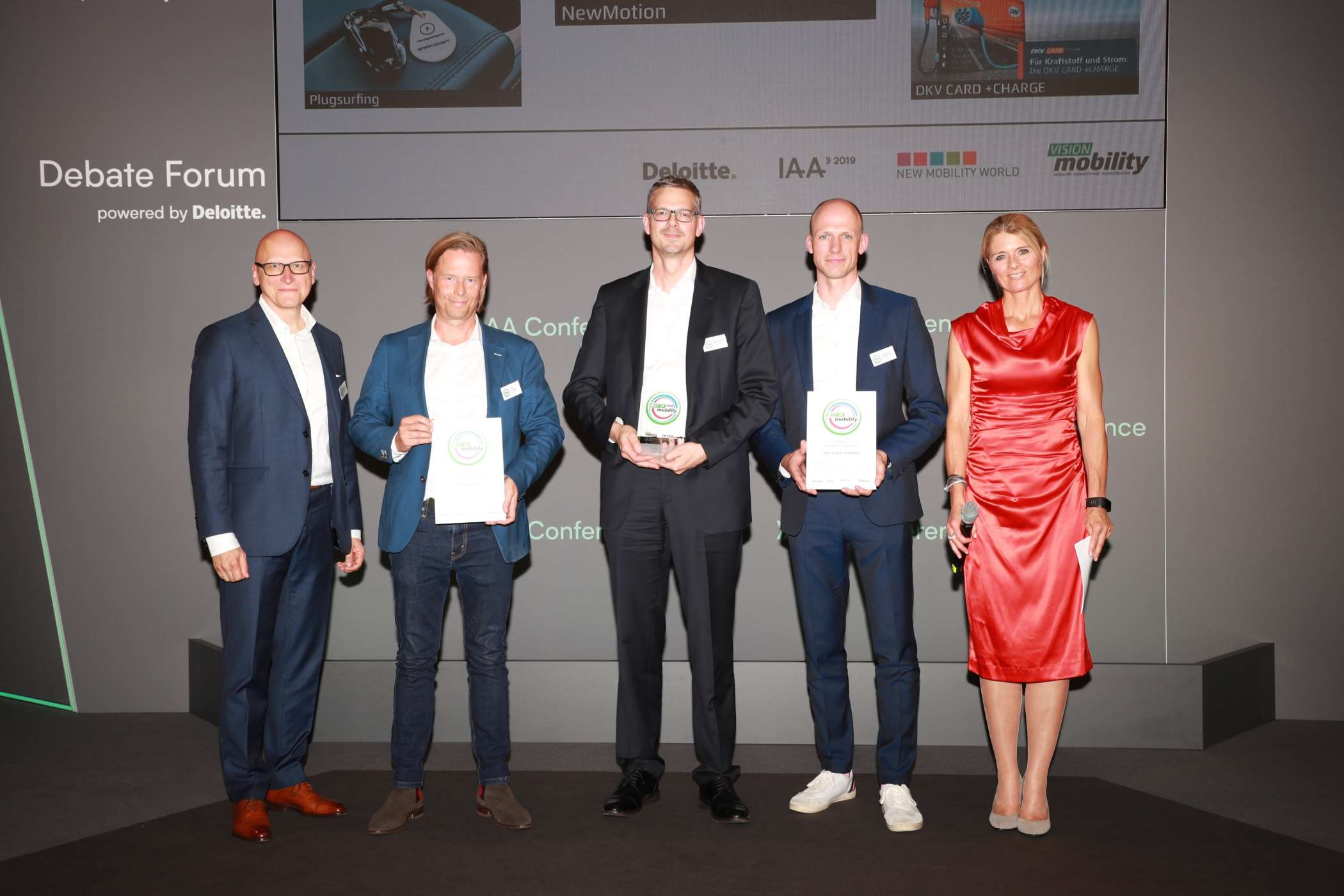 Payment Systems: Dr. Thomas Schiller, Partner Automotive Lead Deloitte (li.) und Moderatorin Maren Braun (re.) mit Frank Lauenstein, Business Developement DACH, Plugsurfing (2.v.l.) (Platz 2), Klaus Schmidt-Dannert, Country Manager, NewMotion (3.v.l) (Platz1), und Christoph Schäckermann, Head of Product Management eMobility Services, DKV (4.v.l.) (Platz 3). | Foto: H. Weipert