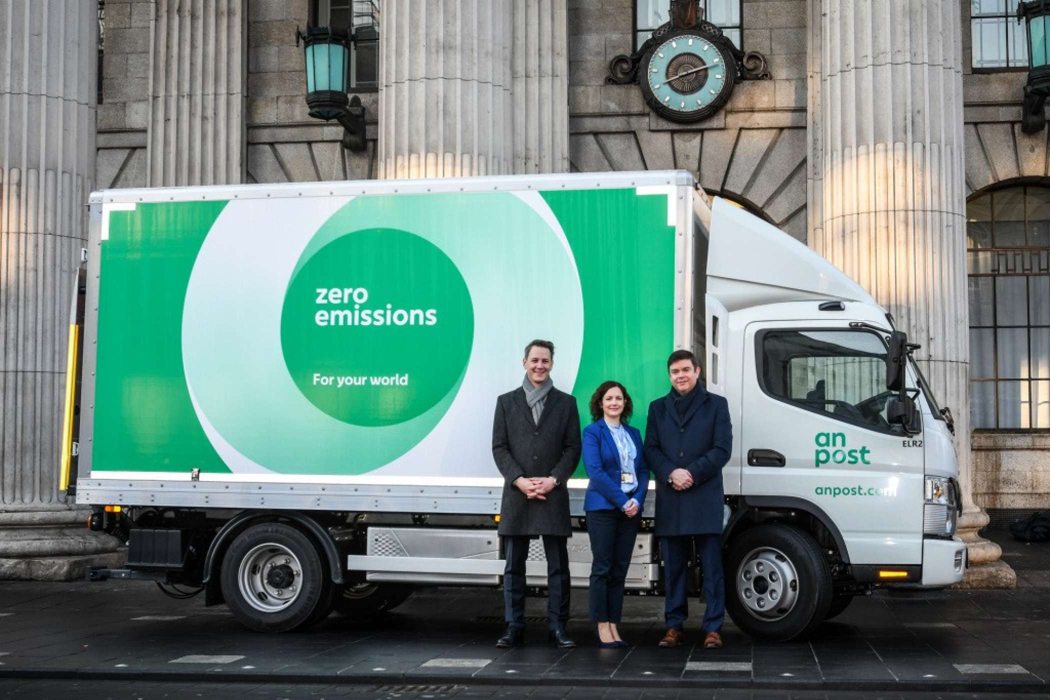 Geben Strom (von links): Robertino Renz; Regional Marketing & Sales Manager FUSO Europe; Olive Kiely; Head of Business Support, Transport & Network An Post und Gerard Rice; Managing Director FUSO Ireland at the GPO, O'Connell Street Lower, Dublin. | Foto: Daimler
