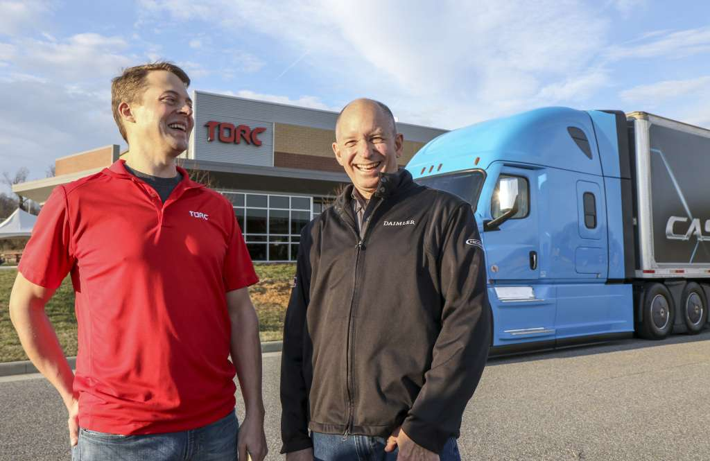 Gut lachen: Michael Fleming, CEO von Torc Robotics, (links) und Roger Nielsen, CEO von Daimler Trucks North America LLC, vor der Firmenzentrale von Torc in Blacksburg, Virginia. | Foto: Daimler