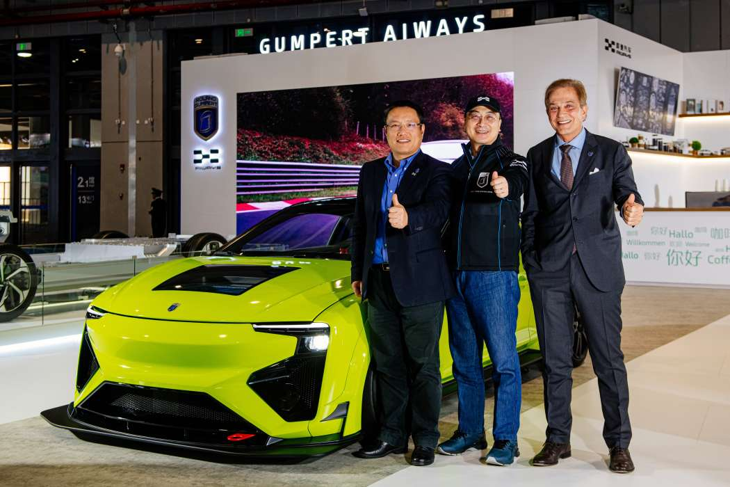Geschafft: Nathalie mit Methanol-Brennstoffzelle geht ab 2020 in Serie. Garry Gu, Co-Founder and CEO Aiways, Samuel Fu, Chairmen and Founder Aiways und Roland Gumpert, CEO and Founder Gumpert Aiways Automobile GmbH vor dem Auto. | Foto: Gumpert Aiways